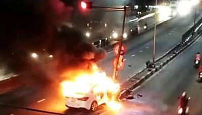 [VIDEO]Tông trúng cột đèn tín hiệu giao thông, xe ô tô bốc cháy thành tro