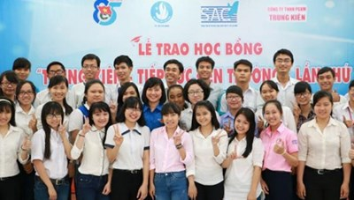 """Trao 69 suất học bổng """"Trung Kiên - Tiếp sức đến trường"""" cho sinh viên"""