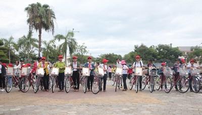 Trao tặng xe đạp cho trẻ em có hoàn cảnh khó khăn tại Quảng Nam
