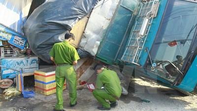 Xe tải bất ngờ sụp xuống cống thoát nước, đè chết nữ công nhân