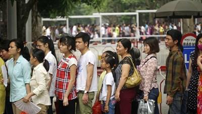 Xúc động hình ảnh người dân xếp hàng vào viếng Lăng Bác