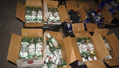 Phát hiện xe tải chở hơn 1.000 chai rượu lậu