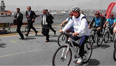 Tổng thống Thổ Nhĩ Kỳ đạp xe kêu gọi người dân rèn luyện sức khỏe