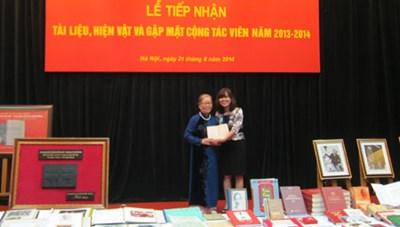 Trao tặng hiện vật cho Bảo tàng Hồ Chí Minh