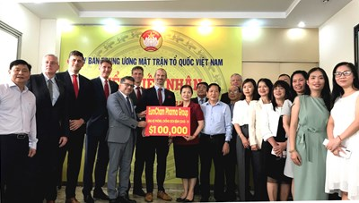 Phó Chủ tịch Trương Thị Ngọc Ánh tiếp nhận 100.000 USD ủng hộ phòng, chống dịch