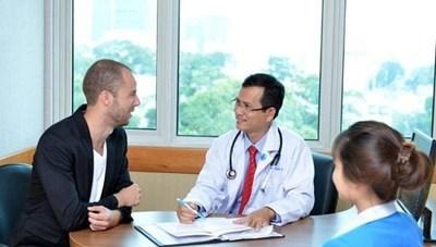 Khám chữa bệnh cho người nước ngoài: Phải có giấy xác nhận hoàn thành thời gian cách ly
