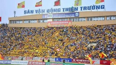 Reuters đưa tin về hình ảnh 'khán giả ngập tràn' tại V.League 2020