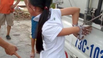Bé gái 12 tuổi bị đánh đập, cột chân trói tay vào xe tải