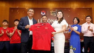 Bóng đá Việt: Vững bước với 'người đồng hành' lớn