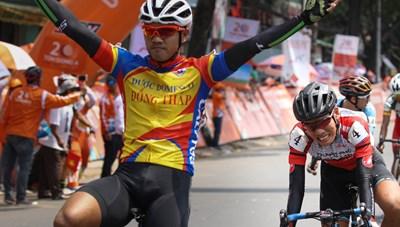 Tay đua Nguyễn Tấn Hoài lấy lại áo vàng