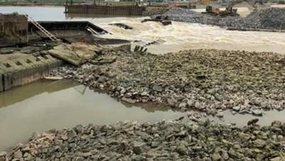 Vỡ đập tràn tại bara Đô Lương, gần 8 nghìn hộ dân mất nước sinh hoạt
