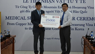 Tiếp nhận vật tư y tế hỗ trợ kiều bào tại Hàn Quốc phòng, chống dịch Covid-19