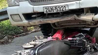 Quảng Nam: Xe tải va chạm với xe máy, 2 người tử vong