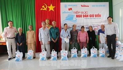 Trầm Hương Khánh Hòa tiếp sức ngư dân giữ biển