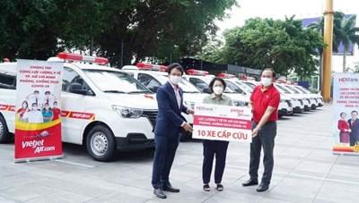Vietjet chở miễn phí y bác sĩ, vaccine, tặng xe cứu thương cho TP HCM