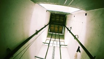Cô gái 21 tuổi rơi từ tầng 7 xuống hầm thang máy tử vong