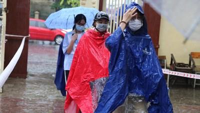 Cơn mưa lớn 'hạ nhiệt' cho hàng ngàn sĩ tử dự thi