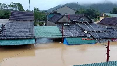 Nghệ An: Nhà ngập tới nóc, dân chạy lũ xuyên đêm