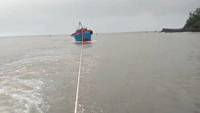 Quảng Ngãi: Lai dắt tàu cá hỏng máy cùng 9 ngư dân vào bờ