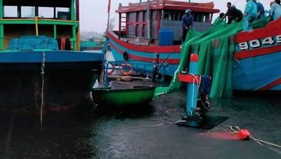 Sóng đánh chìm 2 tàu cá ở Quảng Nam