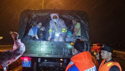 Quảng Nam: CSGT giải cứu hàng chục người mắc kẹt giữa dòng nước cao 1 m