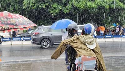 Phụ huynh đội mưa gió đợi con hoàn thành ngày thi đầu tiên