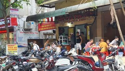 [ẢNH] Hàng quán hoạt động nhộn nhịp trở lại sau chỉ đạo mới của thành phố Hà Nội