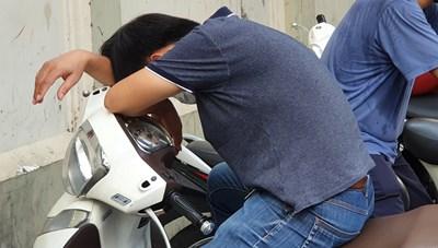 [ẢNH] Thi Tốt nghiệp THPT: Phụ huynh ngủ gục bên ngoài điểm thi