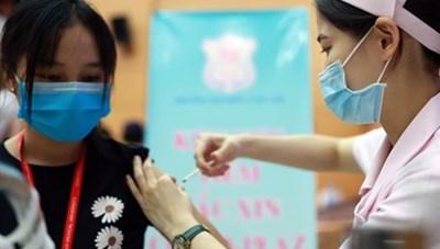 Người dân đợi chờ tiêm vaccine Covid-19 dịch vụ