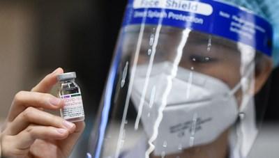 Tạm đình chỉ cán bộ phường ưu ái cho người thân được tiêm vaccine