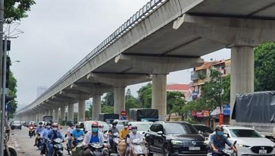 Đường phố Hà Nội đông vui sau khi chính quyền nới quy định về đi lại