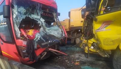 Xe khách đối đầu xe tải trên cầu Gianh, một tài xế tử vong