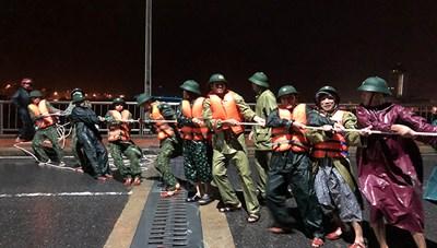 Cứu ngư dân và tàu cá trôi ra biển giữa đêm khuya