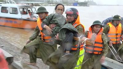 Lội nước, cõng 3 người dân vượt lũ đi cấp cứu