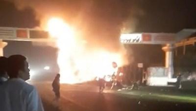 Tông vào cổng chào, cả xe container bị lửa thiêu rụi