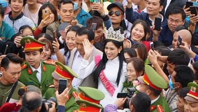 Hoa hậu Đỗ Thị Hà: Chỉ muốn chạy về nhà ôm chặt cha mẹ sau đêm đăng quang