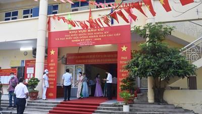 Các Phó Chủ tịch UBTƯ MTTQ Việt Nam cùng cử tri đi bầu cử