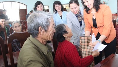 TP HCM trao quà Tết cho đồng bào các tỉnh Bình Định và Quảng Ngãi