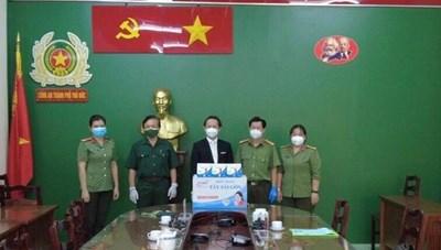 Một Việt kiều tặng 10.000 khẩu trang cho cán bộ, chiến sỹ Công an Thủ Đức trực tiếp tham gia phòng, chống dịch