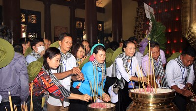 Đoàn đại biểu già làng, trưởng bản tiêu biểu các tỉnh phía biên giới phía Bắcdâng hương tại Đền Liệt sĩ Bến Dược