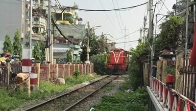 Tàu hỏa tông nát xe máy của người giao hàng