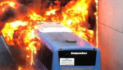 Phong tỏa hầm chui vì xe buýt cháy dữ dội