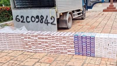 Bắt xe tải chở 4.000 gói thuốc lá lậu qua biên giới mùa dịch