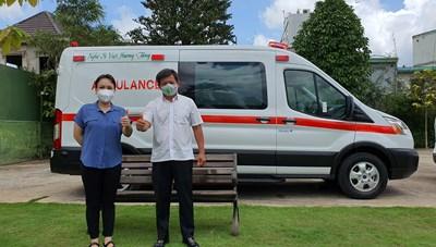 Nghệ sỹ Việt Hương bất ngờ tặng xe ô tô gần 3 tỷ đồng cho ông Đoàn Ngọc Hải