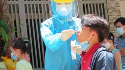 Một người làm nail tại Long An tiếp xúc trực tiếp với BN1347