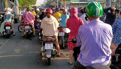 Người dân TP Hồ Chí Minh đổ ra nhà thuốc, siêu thị mua đồ dùng thiết yếu