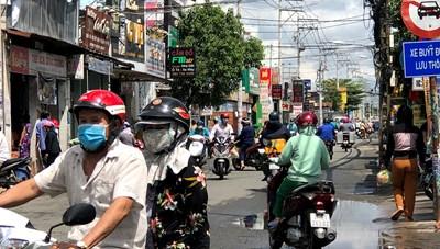 Người dân TP HCM tiếp tục đổ ra đường mua hàng, chợ tự phát mọc khắp nơi