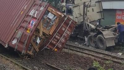 Xe container gãy đôi sau khi va chạm với tàu lửa