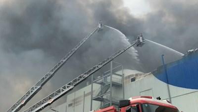 Hàng trăm cảnh sát đang nỗ lực dập đám cháy ở Nhà Bè