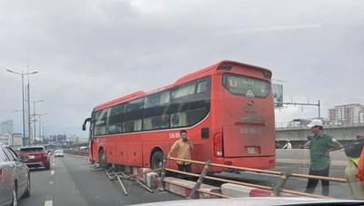 Xe Phương Trang gây tai nạn, cầu Sài Gòn kẹt xe nhiều giờ